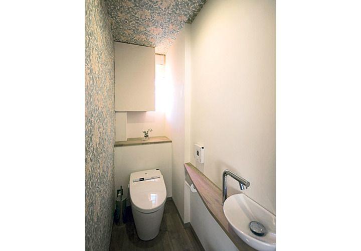 トイレにもウィリアム・モリスの壁紙を貼りました。広くはありませんがカウンター式の手洗いを設け、間接照明で演出しています。