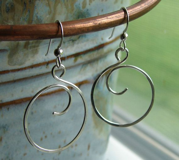 Sterling Silver Wire Curly Q Circle Forward Facing Hoop par Oogle, $20.00