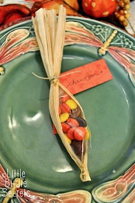 corn husk/sweet treat place settingPlace Cards, Cute Ideas, Thanksgiving Favors, Thanksgiving Parties, Places Sets, Places Cards, Thanksgiving Tables, Corn Husk, Thanksgiving Treats