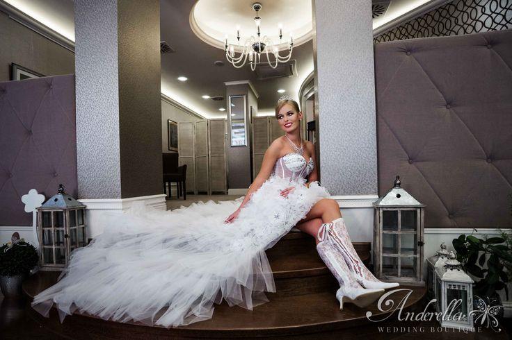 """Menyasszonyi ruha neve: """"Vadvirág""""  Rövid fazonú, tüll anyagból készült esküvői ruha sok csillogó díszítéssel, és hozzá illő csipke csizmával. Menyasszonyi ruha Budapest, esküvői ruha Budapest, rövid menyasszonyi ruha, fehér menyasszonyi ruha,csillogó, fehér csipke csizma. Ára, mérete próbára jelentkezés és vásárlás itt:  http://www.anderella.hu/hu/menyasszonyi-ruha/vadvirag/549"""