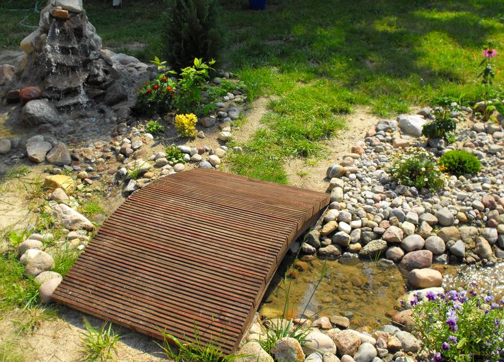 Strumień z mostkiem w ogrodzie