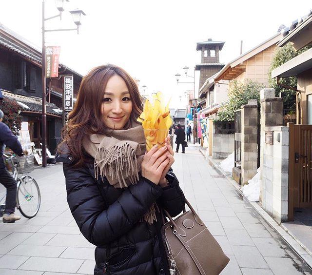先日、埼玉県の本川越散策をしてきました🚶 小江戸を歩いていると、道行く人の多くがこのお菓子を持っている…👀 気になって気になってみんなで買いに行きました(笑)…(しかも行列だった😳) 名産のさつまいもを使った、ほんのり塩味のさつまいもチップス💓 とまらない美味しさだったな😋  都心から1時間足らずで、この街並み! ほっこりと癒される観光地です✨ 行ったことのない街を散策するの、楽しい〜😊 #本川越#小江戸#時の鐘#PR#さつまいも #名産#蔵造り#蔵の街