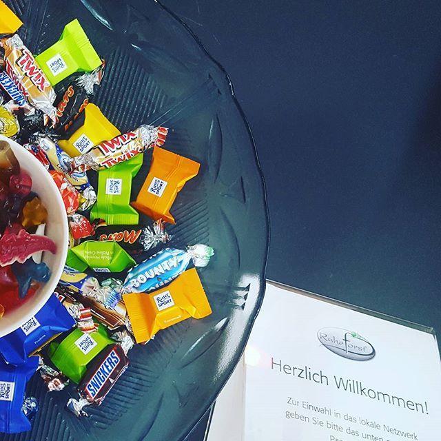 """Die Vorbereitungen sind fast fertig, das """"Wohnzimmer"""" ist eingerichtet, die Süßigkeiten stehen, der Ruheforstworkshop kann bald losgehen 😎 #workshop #veranstaltung #wackerfabrik #snacks #süßes #ruheforst #jwk_com"""