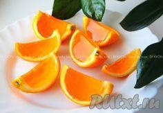 Апельсиновые дольки с желе аккуратно разрезать и подавать.