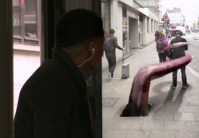 """Uma recente ação da Pepsi Max fez com que londrinos tivessem visões inacreditáveis num ponto de ônibus. A pegadinha é uma continuidade da série """"Unbelievable"""", seguindo a temática de mostrar coisas """"impossíveis"""". Num ponto de ônibus de Londres foi instalada uma tela no mesmo espaço de um painel publicitário, com uma câmera de vídeo escondida dentro, mostrando a rua em tempo real, só que com alguns efeitos especiais imprevisíveis. A impressão era de que as situações surreais, como um tigre…"""