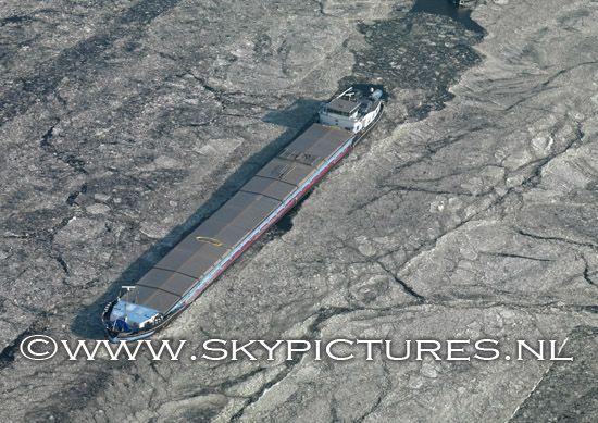 Binnenvaartschip in ijs