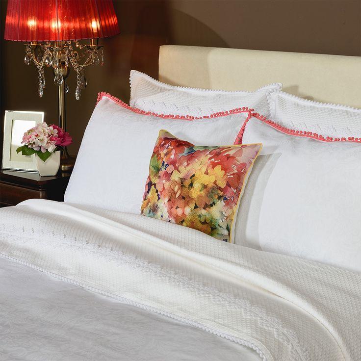 Dăruiește-i nopți senine. Setul cu 4 piese pentru pat Essence este aspectuos și rafinat, dar mai ales delicat cu pielea, realizat din bumbac 100%.