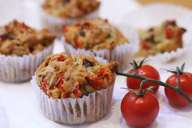 I muffin salati sono degli antipasti sfiziosi e originali adatti per ogni occasione, un finger food di successo facile da realizzare. In questa ricetta sono preparati con pomodorini, acciughe e olive taggiasche