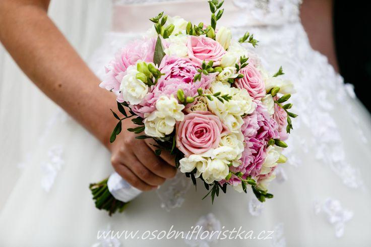 svatební kytice z pivoněk, fresií a růží.