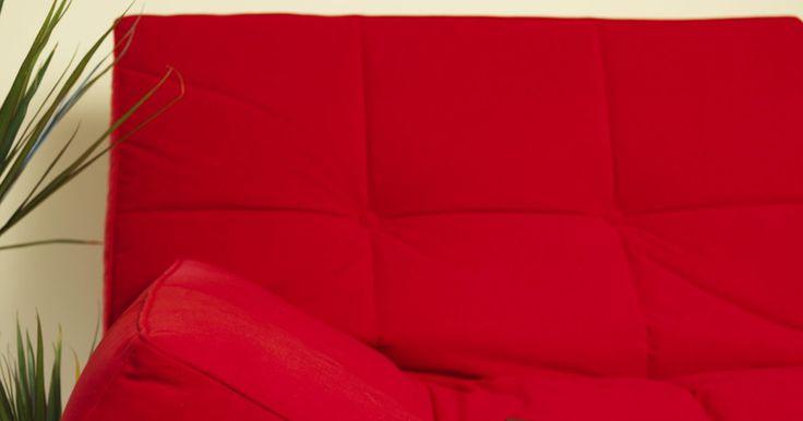 """Como fazer uma base para Futon. Futons japoneses tradicionais não necessitam de base, e na verdade são muito mais finos que os colchões chamados de futon pelos ocidentais, eles se parecem mais com colchas muito grossas. A base """"tradicional"""" para um futon ocidental mantém as linhas limpas e a estrutura simples que trazem à mente a decoração japonesa. Você pode gastar uma quantia ..."""