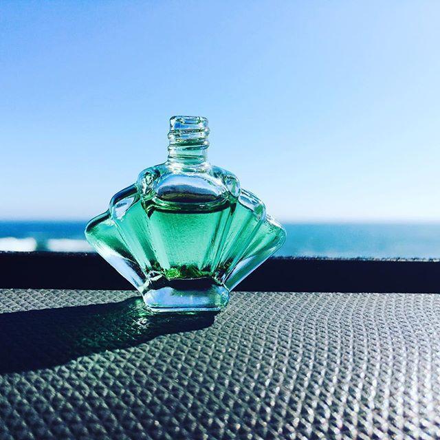 【hoshitoniji_ayumi】さんのInstagramをピンしています。 《私の作り出すメモリーオイルで、あなたに必要なお取り寄せをする。作り出すモノ全て愛している。#ハッピー#必要なモノ#海#メモリーオイル#魔法の小瓶#看護師#ヒーラー#アーティスト#星と虹Ayumi#波の音を入れる》