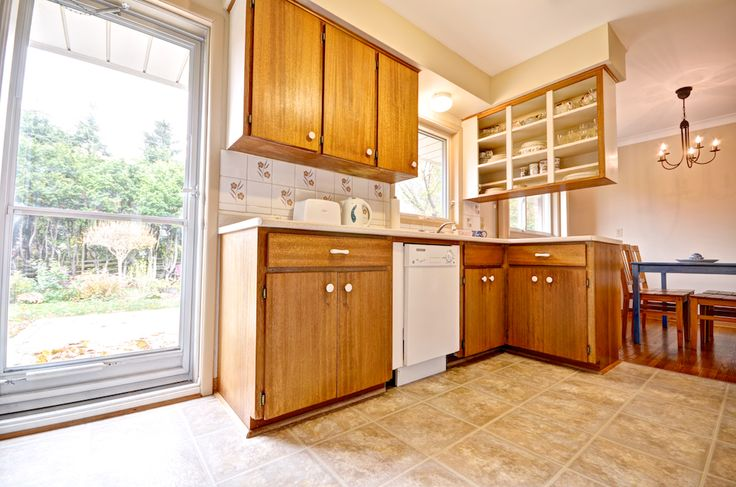 A small peninsula gives you extra counter space in this functional kitchen. It's all about space utilization!  #Orangeville #OrangevilleRealEstate #OrangevilleOntario