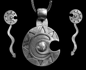 conjunto de colgante y aros en plata, denominado toqui, tipicamente mapuche. www.platanativa.com