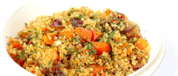 bulgur met wortel en dadels. Lekker als (meeneem)lunch, maar ook als bijgerecht 's avonds, bijvoorbeeld met wat falafel en gegrilde groenten.