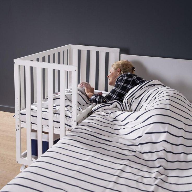 Sicher und geborgen im Beistellbett von Childwood  Das Beistellbett von Childwood fördert einen entspannten Schlaf für Sie und Ihr Kind. Die Nähe zum elterlichen Bett wirkt sich beruhigend auf Ihr Baby aus und auch Sie können ungestört schlafen.