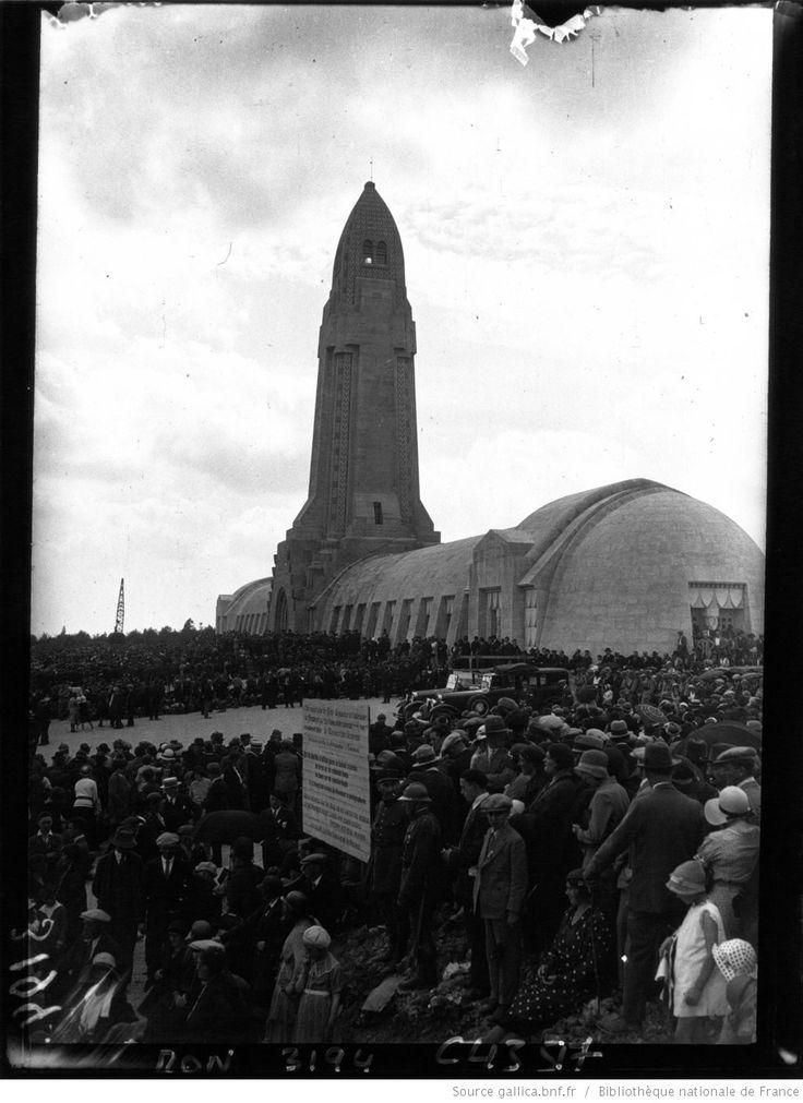 La foule devant l'ossuaire de Douaumont : [photographie de presse] / Agence Mondial