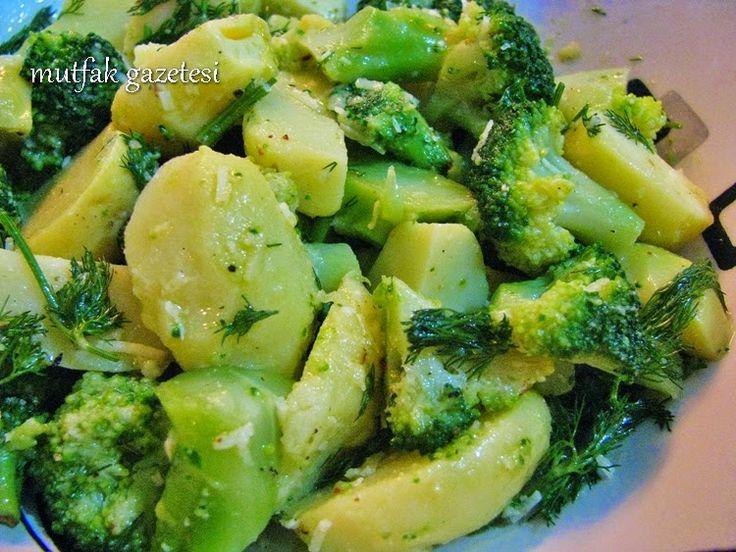 Patates, brokoli salatası Salataların lezzetini belirleyen, kullanılan malzemelerin özelliği kadar soslarıdır diyebiliriz. Bu tarifimizin lezzetini belirleyen kullandığımız malzemelerden çok hazırladığımız özel sosu. Salata soslarını hazırlarken çok küçük dokunuşlarla çok farklı lezzetler ve görünümler elde edebilirsiniz. Tarifini vereceğimiz salatanın malzemeleri, patates ve brokoli gibi çok klasik ve sıradan malzemeler olsa da sosu bu malzemeleri bambaşka bir lezzet boyutuna taşıyor.