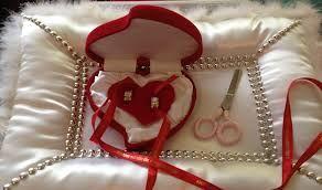 Turkse verlovingsringen verbonden met rode lint