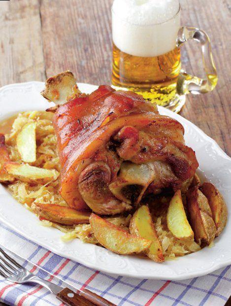 Haideți că vă facem poftă! De când nu ați mai mâncat un ciolan de porc în bere?...cu o bere lângă?