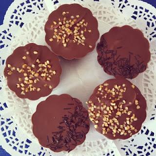 pastelitos individuales de chocolate y fresas naturales