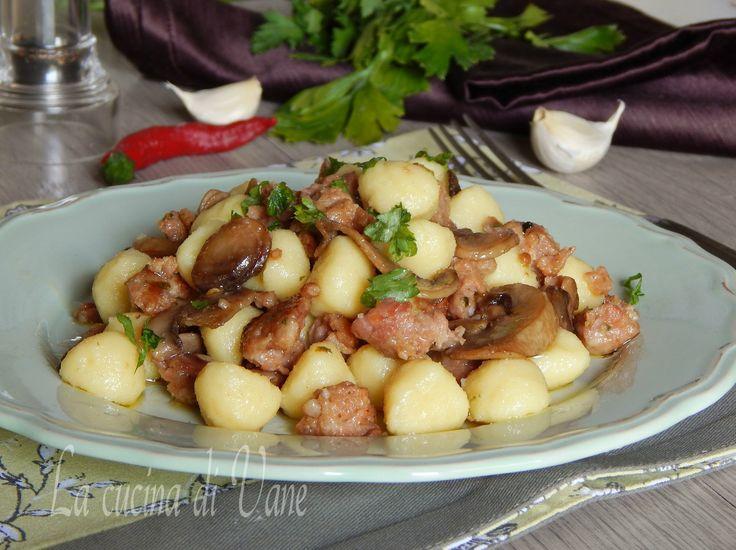 Gnocchi funghi e salsiccia gustoso primo piatto dal profumo inebriante. Primo piatto con gnocchi, un primo perfetto per giorni di festa, sarà un successo