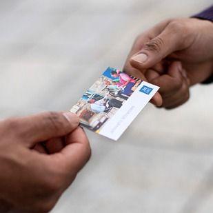 Uma Testemunha de Jeová entrega um cartão de visita do site