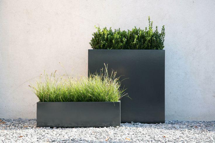 Donica Flowerbox służy do hodowania roślin w ogrodzie i jest równocześnie pięknym elementem dekoracyjnym