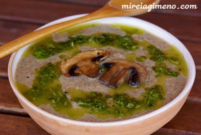 Crema de champiñones con aceite de albahaca http://www.mireiagimeno.com/recetas/crema-de-champis-con-aceite-de-albahaca