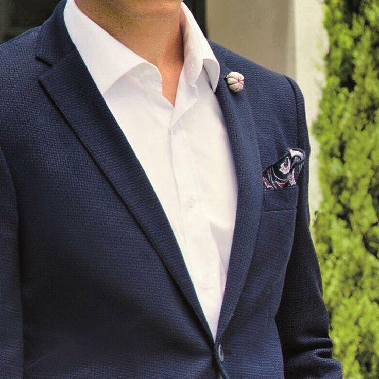 Kumaşı, kesimi ve dikişi ile kusursuz bir lacivert blazer erkek gardırobunun en zamansız, en olmazsa olmaz parçalarından biri. #hatemoglu #blazer #menswear