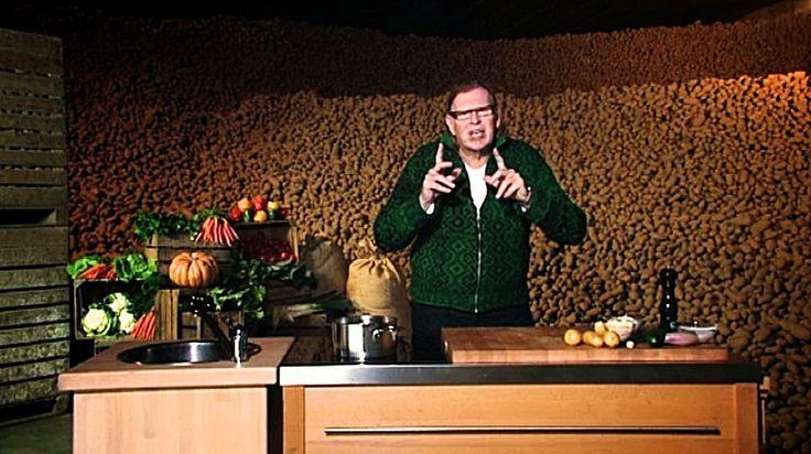 bereiden: Schil de aardappelen en spoel ze grondig af onder koud stromend water. Dep de aardappelen droog met een propere keukenhanddoek.Leg de keukenhanddoek open en rasp hierop de aardappelen in dunne frietjes. Vouw de keukenhanddoek toe en haal het overtollige vocht uit de aardappelfrietjes door de handdoek 'uit te wringen'.