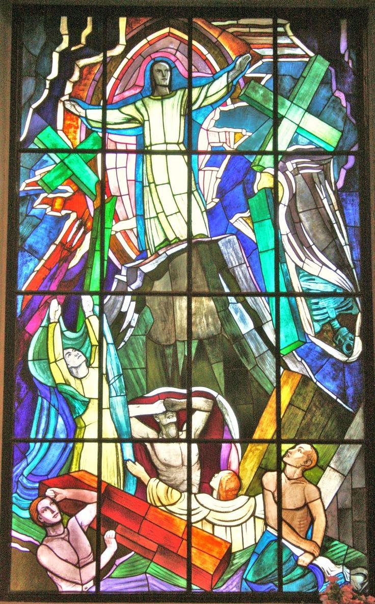 """Lasimaalaus """"Kuoleman kukistaja"""",  Lennart Rafael Segerstråle (1892-1975) -  I Pedersöre kyrkan. Glasmålningen i västra korsarmen gjordes 1940 av konstnären Lennart Segerstråle. Den föreställer Kristus som tas upp till Fadern och välsignar sina efterföljare."""