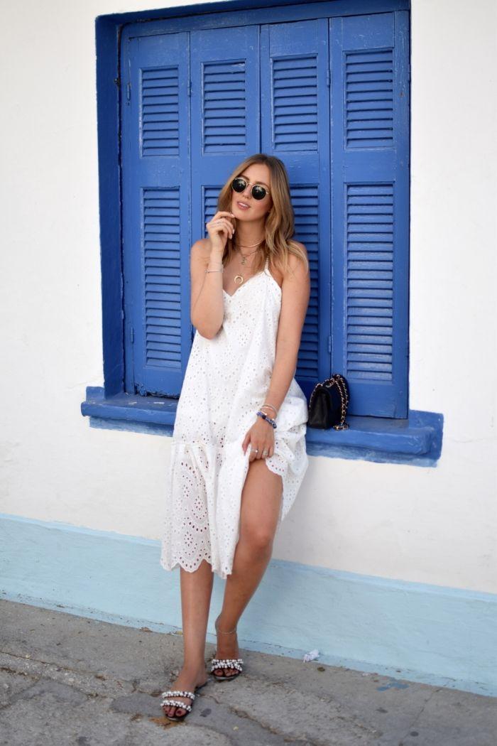 Sommeroutfit: Weißes Spitzenkleid und Zara Perlensandalen