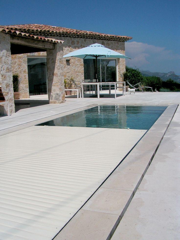 Esta cubierta de lamas sumergida es sin duda la solución más discreta a la hora de cubrir una piscina particular