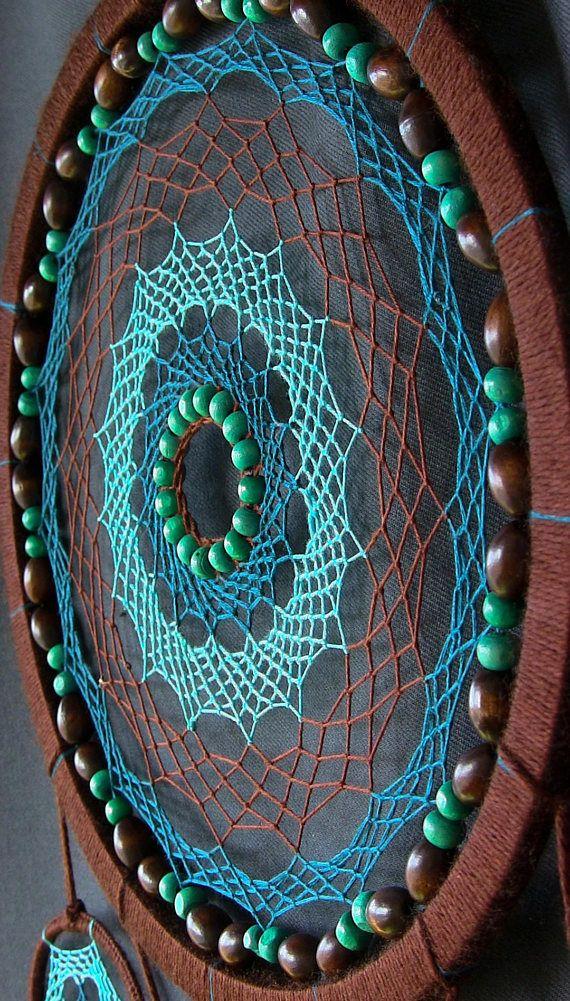 Cazador de sueños - no es sólo un accesorio de moda para un interior étnicos. Los indios atribuyen este amuleto para proteger la capacidad de una persona durmiente de los malos espíritus. Esta mascota India es una tela de araña tejida de ciervo vivió y áspero hilo. Tela de araña se