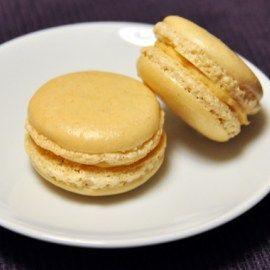 Makroner med salt karamell Salt karamell: – 1 dl fløte – 75 g sukker – 1 ts vaniljesukker – 25 g smør – flaksalt/fingersalt