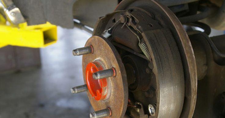 Como trocar os freios traseiros de um Ford Escort 1995. Na maioria dos Ford Escorts, os freios traseiros são a tambor. Esse é um tipo de freio em que as pastilhas estão no tambor que, por sua vez, está montado no cubo da roda. Quando engatada, os freios pressionam contra o interior do tambor.