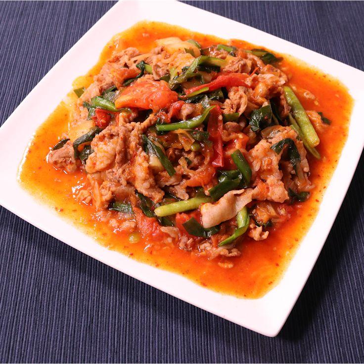 「トマトでコク旨UP!豚トマキムチ炒め」の作り方を簡単で分かりやすい料理動画で紹介しています。トマトはサラダとして食べることが多い野菜ですが、火を通すことで、生で食べる時とは違うトマトの酸味と旨味が全体に加わり、いつもの炒めものがワンランクアップした味に早変わりです! 味のしっかりした豚キムチもこれだとなんだかヘルシー感があり女性ウケ間違いなしです。