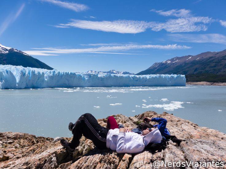 Turistas descansam em frente ao Glaciar Perito Moreno, em El Calafate - Patagônia Argentina