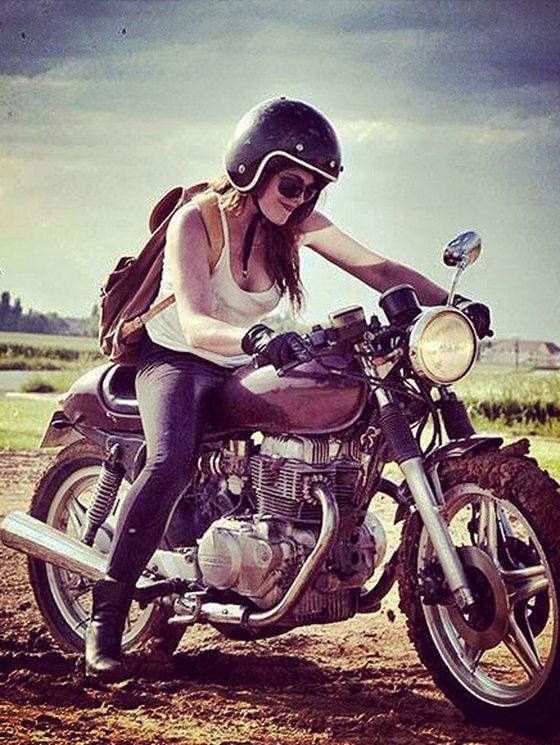 "GIRL  "" L'équipée "" - ROAD de 5 filles a moto a l'assaut de l'Himalaya. Cécile  Alyssa"