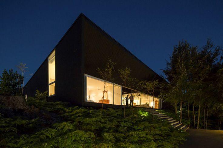 CASA LAS QUEMAS. #WAA #arquitectura #arq #architects#architecture #arqchile#archdaily #houses #house #Chile#arquitecturachilena #obra #construccion #design #arquitecturalatinoamericana #homedetails #housedesign #building #instaarq #instaarch #instadesign #wood #madera #tree #forest #bosque #xregion #osorno #yard #night #dark #lights #bnrigt