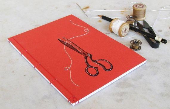 Chara, uma artista grega, cria incríveis cadernos bordados, intricados com linhas e formando ilustrações surpreendentes. - Veja mais em: http://www.vilamulher.com.br/artesanato/tendencias/cadernos-bordados-capas-incriveis-642654.html?pinterest-destaque