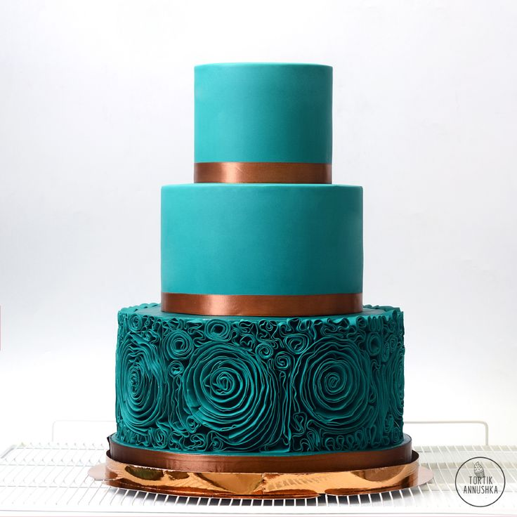 Бирюзовые рюши торт № 1666 на заказ в Москве