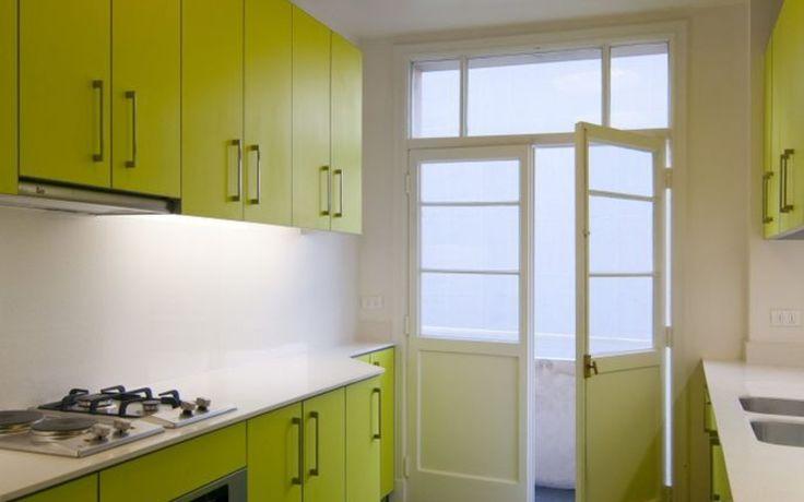 Nicolas loi arquitectos cocina muebles color verde pistacho amarillo piso gris piedra pizarra