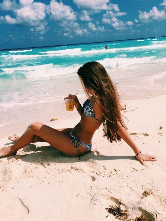 Картинка девушка на пляже у моря