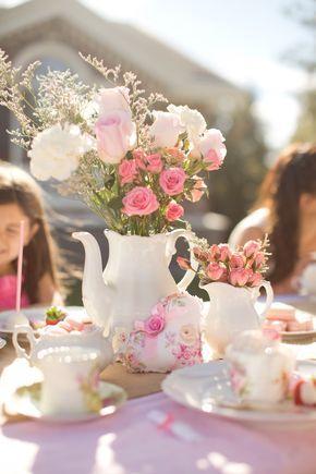 Centro de mesa con tetera como base, precioso para fiesta temática de té. #CentroDeMesa