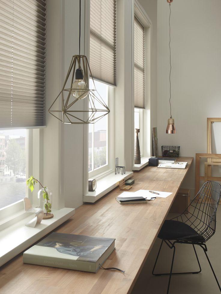 Hout, staal en neutrale tinten creëren een rustige werkplek.