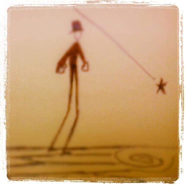 Una estrella fugaz cae a sus pies, la recoge para ver en su interior o la devuelve al cielo.  ¿Que haría ud.?
