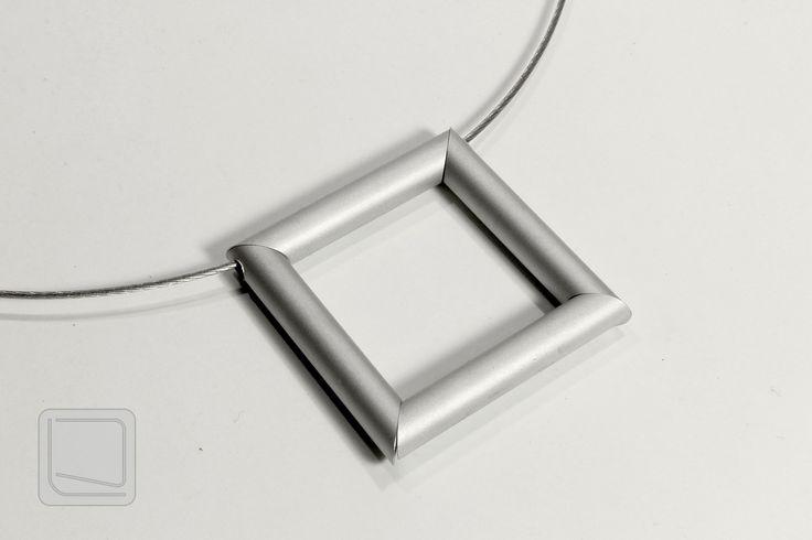 Moderní+náhrdelník+z+hliníku+MNH08+Originální+moderní+náhrdelník+se+čtvercovým+přívěškem+z+hliníkových+trubiček.
