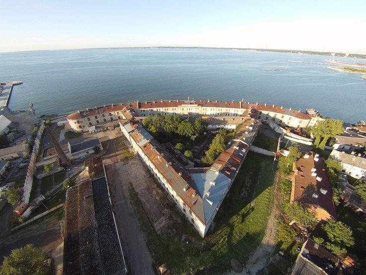 3. Patarein vankila: Beeta-promenadin karuin kohde on Patarei. Vuonna 1840 tsaari Nikolai I:n määräyksestä rakennettu merilinnoitus on vuosien mittaan muuntunut sotilasparakeiksi ja neuvostoaikana vankilaksi. Siitä on tullut arkkitehtoninen muistomerkki, joka on toiminut museona. Rakennuksen julkisivu on liuskekiveä. Vaikka sen sisuksiin ei enää pääse tutustumaan, aiheuttaa se väristyksiä ulkoakin päin katsottuna. #patarei #eckeröline #tallinna #tallinna #seafortress
