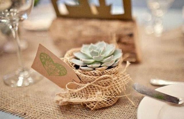 Ai ales ca nunta ta să aibă o tematică rustică? Iată 5 elemente decorative care nu trebuie să-ți lipsească: - Plăcuțele decorative  un element decorativ cu personalitate dar care pot avea și un rol funcțional http://ift.tt/2kRW1s0  - Decorațiuni creative precum simple borcane armonizate cu florile preferate - Mărturii verzi și suculente - mai precis plante suculente - Pânza de sac  un material ce se integrează perfect în tematica rustică pe care-l poți folosi cu succes pentru multe…